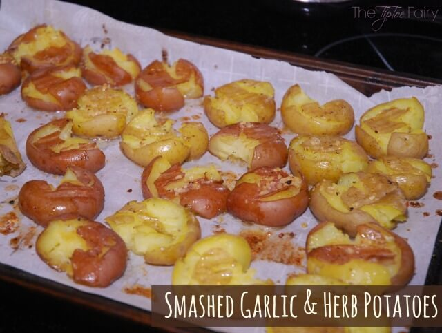 Garlic & Herb Smashed Potatoes - a deliciously easy side dish! #food #foodie #yum