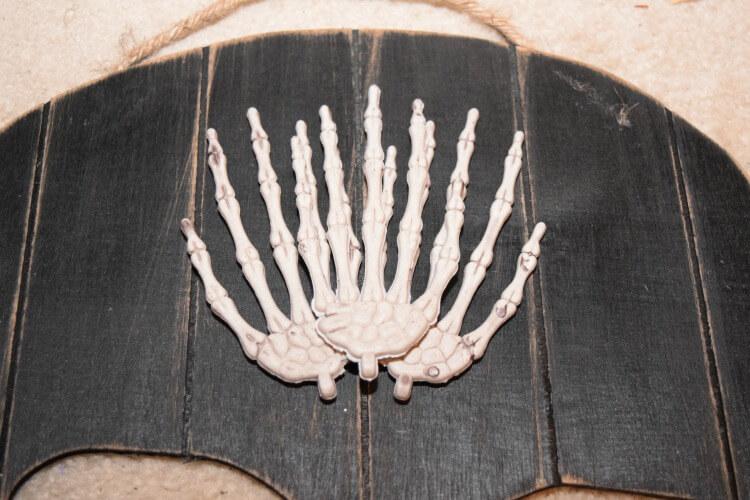 Make a #DIY Voodoo Skeleton Queen for your front door this #halloween! #craft