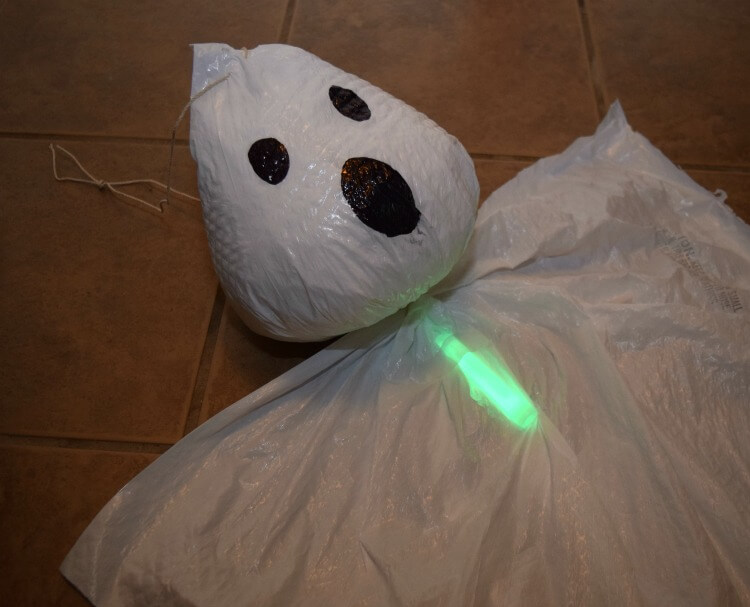 #DIY easy Trash Bag Ghosts for #Halloween! $1 off #HeftyHelper https://ooh.li/cb10253 #AD #HeftyHeftyHefty