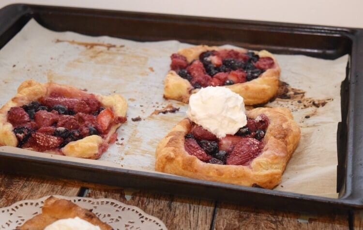 #Ad Keep your berries fresher longer to make Triple Berry Mini Pies anytime w/ @Rubbermaid #FreshWorksFreshness