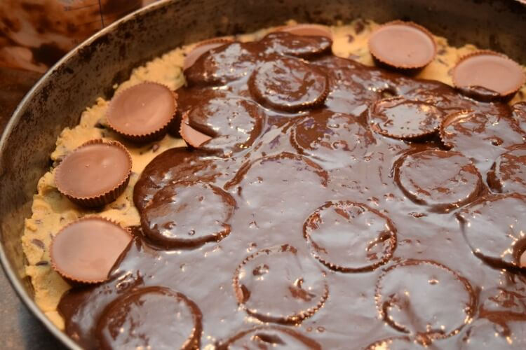 This is too easy! See the #recipe for this Peanut Butter Cup Brookie Pizza! You'll want to devour it! #food #chocolate
