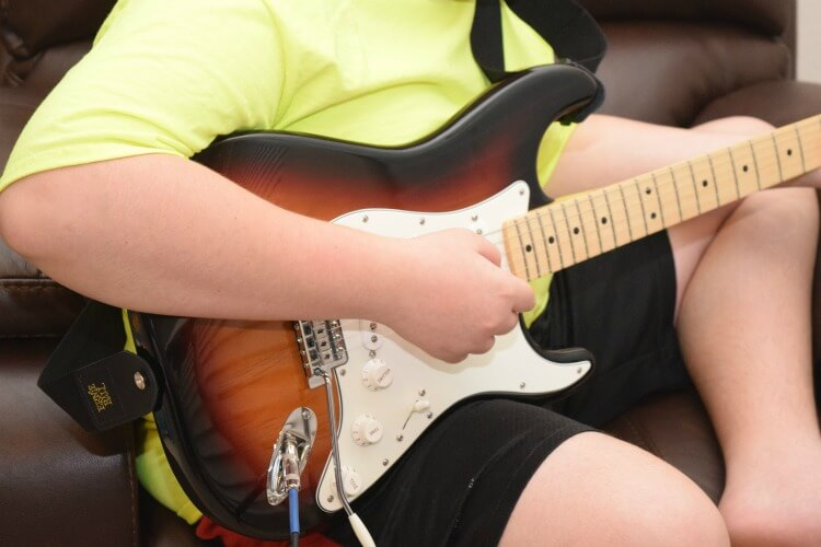 Let your teen learn to play guitar w/ #FenderPlay w/ @Fender #CLVR #AD