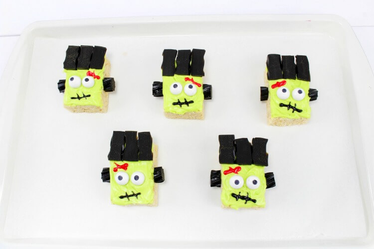 These Frankenstein Monster Rice Krispies Treats came out so cute! Perfect for #Halloween!