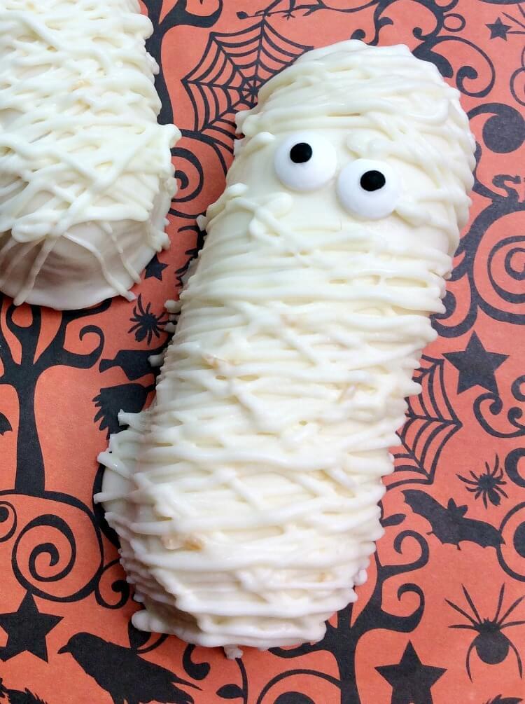 Take a shortcut to make w/these #Halloween Twinkie Mummies! So cute!