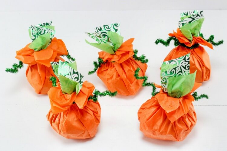 So Cute & Easy Last Minute Pumpkin Goodie Bags - perfect for the #Halloween class party!