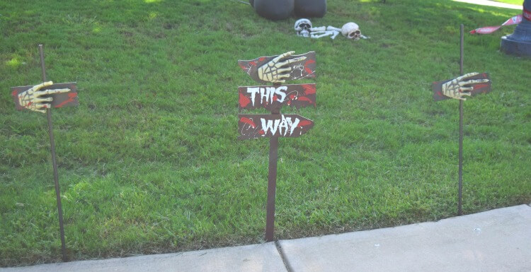 Easy DIY Outdoor Scary Halloween Sign Decorations