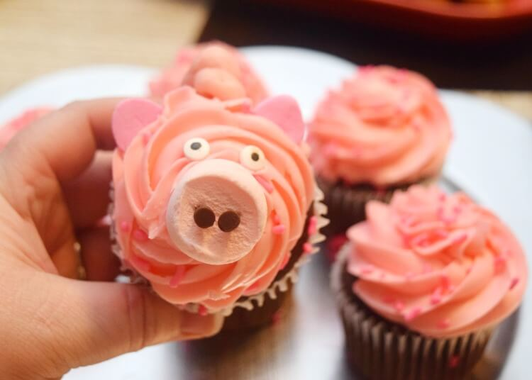 Making the Pig Cupcake Face